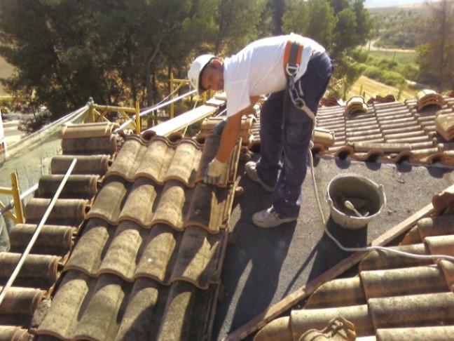 Retirada de tejas y reposición de teja nueva